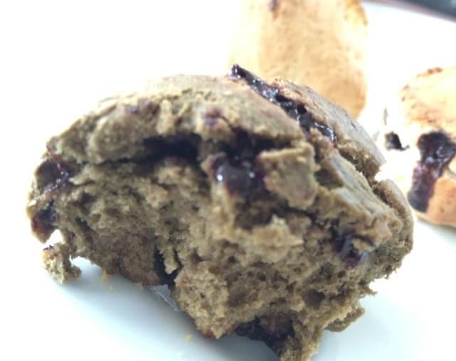 成城石井のほうじ茶とチョコレートスコーンを割って