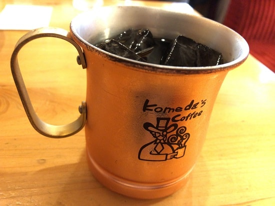 コメダ珈琲店「金のアイスコーヒー」を横から