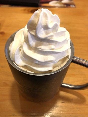 コメダ珈琲店 - アイスウインナーコーヒーそびえるホイップクリーム