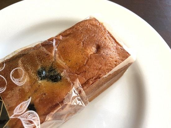 カルディ 黒豆きな粉パウンドケーキを袋から出した様子