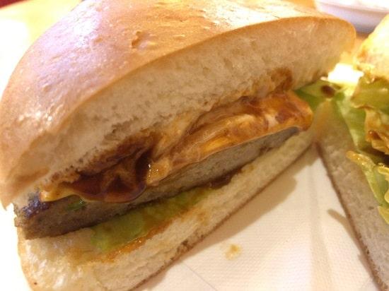 コメダ珈琲店 - ドミグラスバーガーのソースとチーズがたっぷり